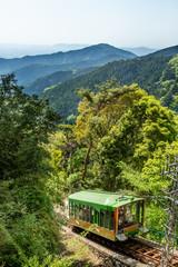 新緑の山並みとケーブルカー