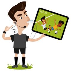 Fußball Cartoon, Schiedsrichter pfeift, zeigt auf sein Headset, hält Tablet und schaut Wiederholung eines Fouls an