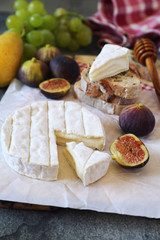Chesse composition: goat cheese, fruits, mozzarella and bread