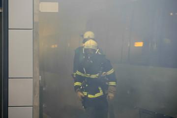 Feuerwehrmann mit Atemschutz in einem verrauchten Raum