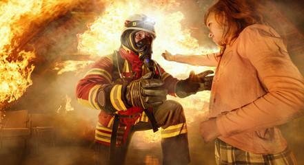 Feuerwehrmann rettet Kind aus den Flammen
