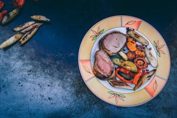Gegrilltes Schweinefilet im Baconmantel mit BBQ Grillgemüse von der Feuerplatte