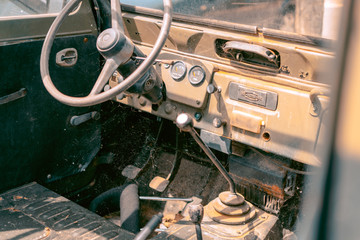 coche jeep abandonado