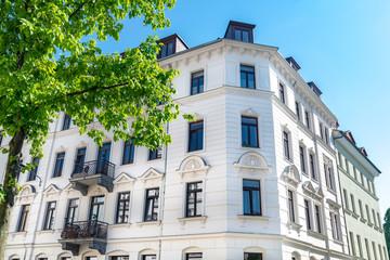 nobles Altbauhaus in Deutschland, helle Fassade