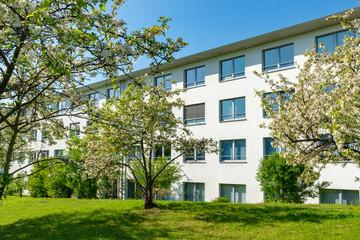 moderne Wohnanlage im Frühling, Deutschland