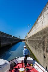 Passage de l'écluse en bateau sur Le Vistule