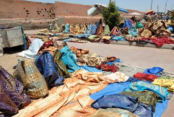 marché marocain, vente de tissus, Marrakech, Maroc