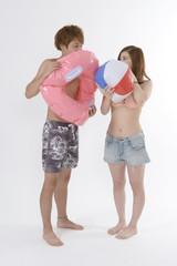 水着姿の若いカップル