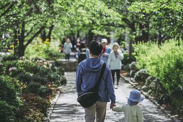 新緑の中を散歩している親子