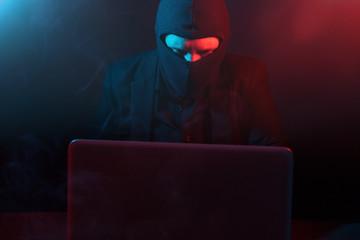 Hacker in Rot und Blaulicht verschafft sich Zugang zu Daten. Cyberkriminalität
