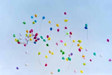 Palloncini volano nel cielo sfondo
