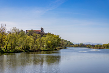 L'Abbaye de Tyniec vue depuis un bateau sur Le Vistule