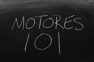 The words Motores 101 on a blackboard in chalk.  Translation: Engines 101 Fototapete