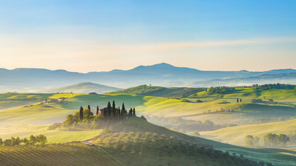 Papiers peints Toscane Beautiful foggy landscape in Tuscany, Italy