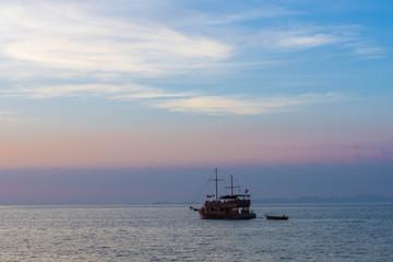 水平線・船・海・オレンジ・夕焼け
