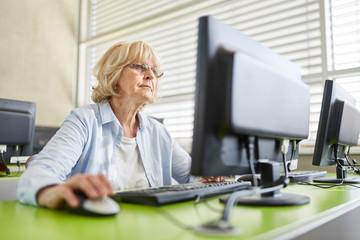 Seniorin im Computerkurs zur Weiterbildung