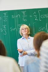 Erfolgreiche Lehrerin unterrichtet Mathematik