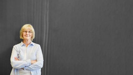 Frau als Dozent oder Professor vor Tafel im Unterricht