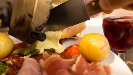 raclette coulant sur assiette garnie