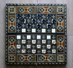 инкрустированная доска для игры в шашки