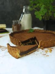 Tarta czekoladowa na kruchym spodzie, ciasto z czekoladą i kakao, słodkie i wytrawne