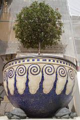 Riesiger Blumenkübel an der Wiener Secession