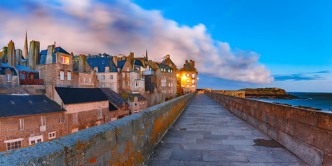 Fototapete - Night panoramic view of beautiful walled city Intra-Muros in Saint-Malo, also known as city corsaire, Brittany, France