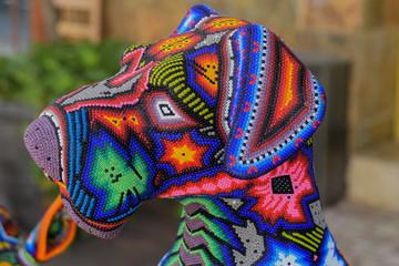 Mexikanische Huichol Kunst, Hund aus bunten Perlen