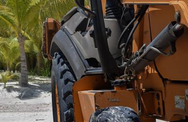 Traktor von der Seite vor Strandhintergund