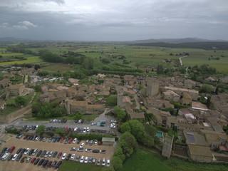 Drone en Peratallada, pueblo del Emporda  en Girona, Costa Brava (Cataluña,España). Fotografia aerea con Dron.