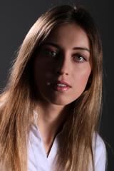 Junge Frau blickt neutral, Nahaufnahme