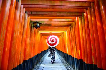 Fototapeten Rot 伏見稲荷大社 千本鳥居 和傘をさす女性