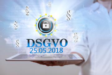 Frau mit einem Tablet PC und dem Schriftzug DSGVO