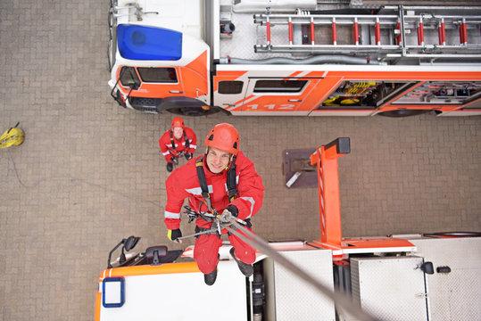 Höhenrettung bei der Feuerwehr - Feuerwehrmann seilt sich ab - Bergung durch Rettungsdienst // Rescue from heights at the fire brigade - Fireman ropes down