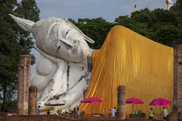 アーントーン県の寺院ワット・クン・インタプラムンの仏像