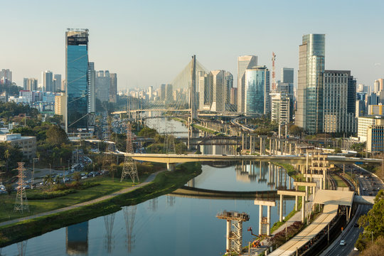 """View of the """"Marginal Pinheiros"""" Avenue, Pinheiros River and skyline of Sao Paulo city."""