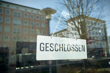 Schild mit der Aufschrift geschlossen am Schaufenster eines Geschäfts