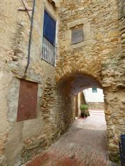 Ullastret,pueblo del Emporda  en Girona, Costa Brava (Cataluña,España).