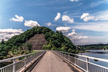 地方の湖。夏の空。千葉県君津市。亀山ダム。亀山湖