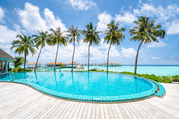 Hotel Pool mit Palmen