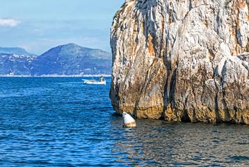 Großartige Ansicht von Seeklippen und der Küstenlinie auf Capri-Insel, Italien