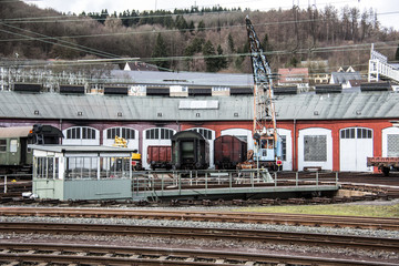 Bahnhof mit Gleisen und Elektrifizierung
