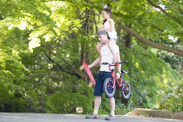 肩車をして歩く父と娘