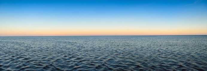Poster Mer / Ocean Panorama of sea waves on the background of dawn