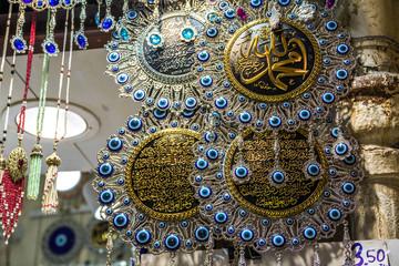Orientalische Deko als Souvenirs zum Verkauf. Der große Basar, Istanbul