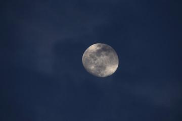 月を横切る雲