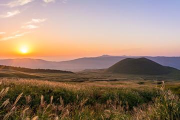 Fototapete - 阿蘇の米塚に沈む夕陽
