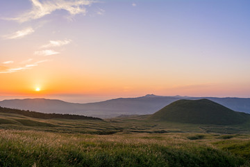 Fotomurales - 阿蘇の米塚に沈む夕陽