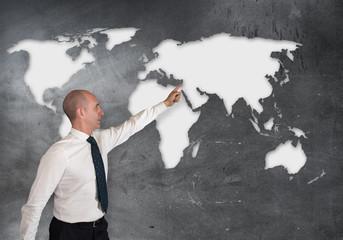 persona che indica un luogo sulla mappa mondiale