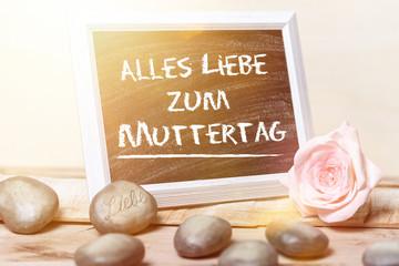 Alles Liebe zum Muttertag Gruß auf schwarzer Tafel  in Bilderahmen mit Rose und weißem Hintergrund
